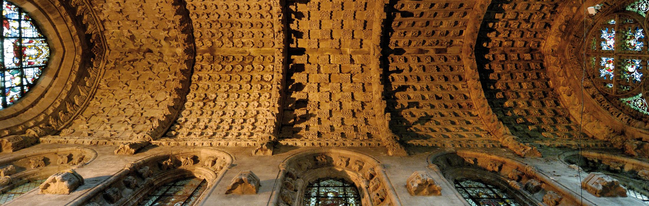 Il soffitto della Rosslyn Chapel in Scozia, intensamente ornato con serie di cubi che recano incise forme geometriche intricate e complesse.