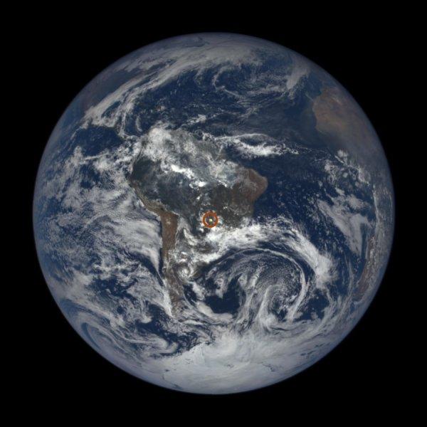 La luce solare si riflette su cristalli di ghiaccio sospesi nell'atmosfera e va a colpire la camera di un satellite artificiale. Una specie di sfera di vetro che interrompe la luce che vorrebbe arrivare sulla Terra. Nella figura , uno di questi flash è cerchiato in rosso. Fonte: NASA's Goddard Space Flight Center