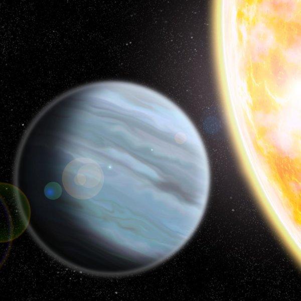 """Immagine artistica dell'immenso pallone di """"polistirolo"""" che orbita VICINISSIMO a una stella molto luminosa. Fonte: Walter Robinson/Lehigh University."""