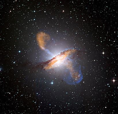 La potenza di un buco nero galattico ssi vede molto bene nell'immagine della galassia Centaurus A, uno dei più affamati vicini allaa Terr. Fonte: ESO/WFI (ottico); MPIfR/ESO/APEX/A.Weiss et al. (Submillimetrico); NASA/CXC/CfA/R.Kraft et al. (raggi X)