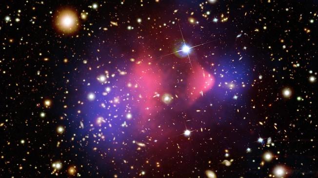 """Una classica mappa della materia oscura. I media riportano tranquillamente che la zona rosa è la materia oscura (ma non solo loro). La faccenda è molto meno """"osservativa"""". Quella sarebbe la materia oscura necessaria a tappare il """"buco"""" che si è trovato basandosi sulla lente gravitazionale causata solo dalla materia visibile. Non è assolutamente la stessa cosa…"""