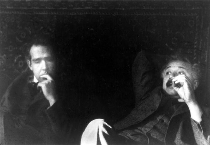 Niels Bohr (1885-1962 Premio Nobel nel 1922) e Albert Einstein (1879-1955 Premio Nobel nel 1921) fotografati da Paul Ehrenfest l'11 dicembre 1925, in occasione dei festeggiamenti per il cinquantenario del dottorato di Hendrik Lorentz.