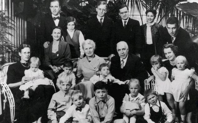 La famiglia Bohr al completo in occasione del settantesimo compleanno di Niels (1955)