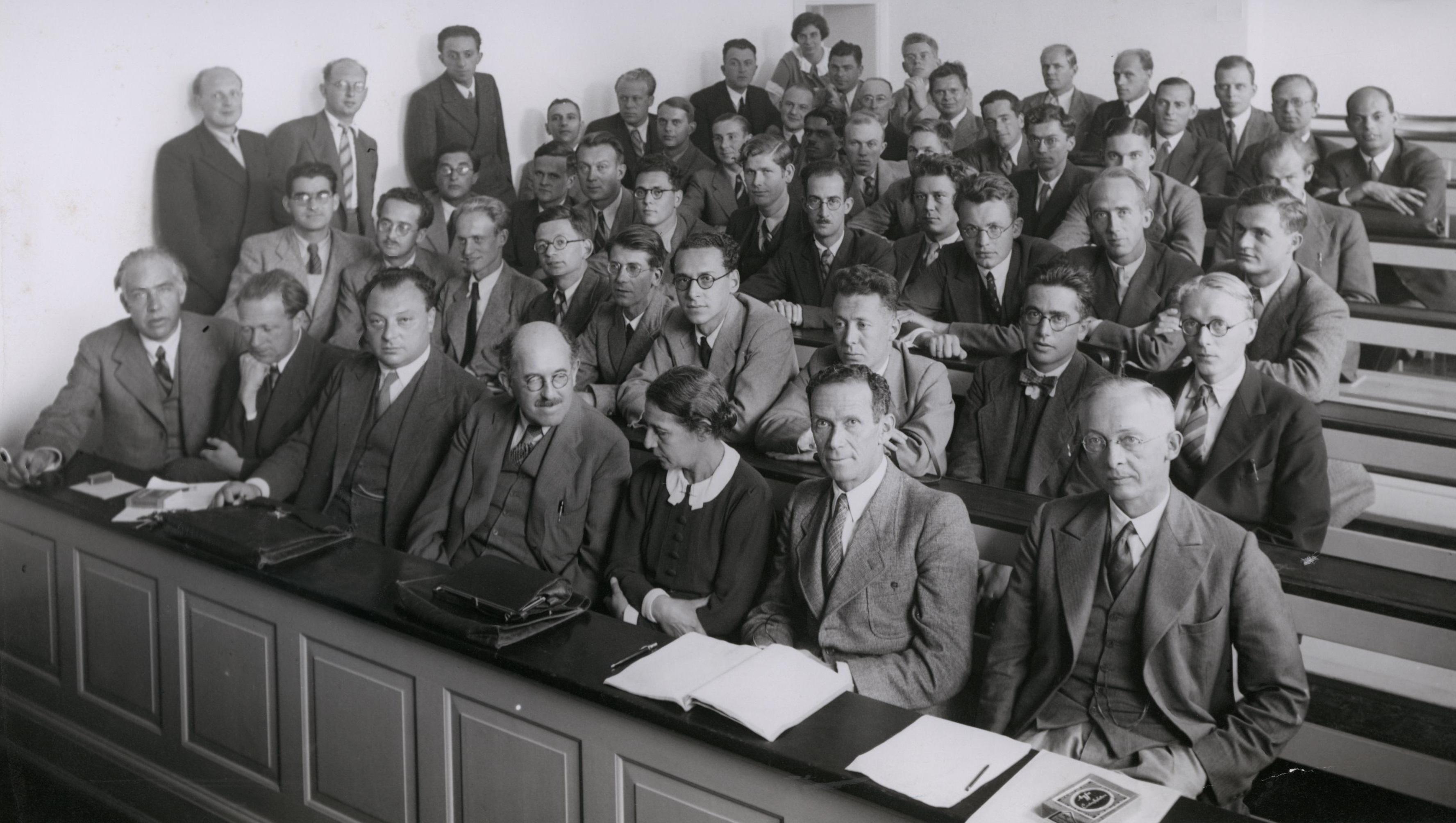 """Sala lettura del """"Niels Bohr Institute"""" 1937. I primi tre a sinistra in prima fila sono Bohr, Heisenberg e Pauli"""