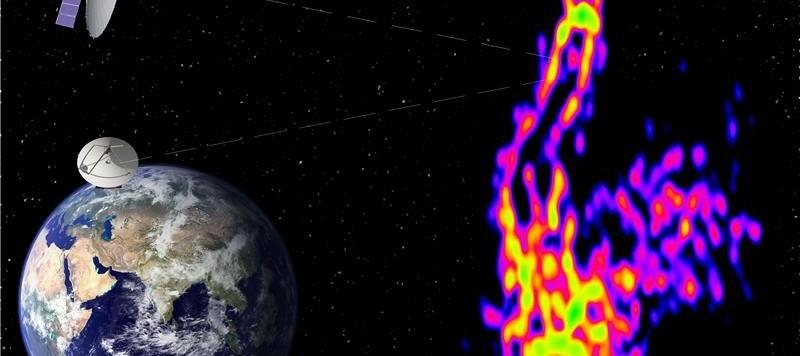 """Il getto analizzato con dettagli """"mostruosi"""" da un radiotelescopio equivalente a uno avente un diametro di 350 000 km. Il buco nero, da cui si lancia verso lo spazio il getto radio, è il punto luminoso in alto. Proprio attorno a quel punto sta la maggior parte dell'informazione (ergosfera, disco di accrescimento, origine del getto). Fonte: Pier Raffaele Platania INAF/IRA (compilation); ASC Lebedev Institute (RadioAstron image)"""