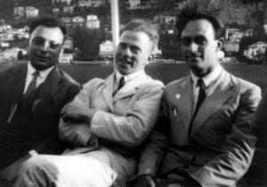"""Wolfgang Pauli, Werner Heisenberg ed Enrico Fermi (1901-1954 Premio Nobel nel 1938) sul Lago di Como per la Conferenza Internazionale di Fisica del 1927, durante la quale Bohr presentò per la prima volta alla Comunità Scientifica l'interpretazione della Fisica Quantistica elaborata dalla sua Scuola, quella che diverrà in breve tempo (e tuttora lo è) universalmente riconosciuta come la più valida per trattare la materia. E' conosciuta come """"Interpretazione standard"""" o """"Interpretazione di Copenaghen""""."""