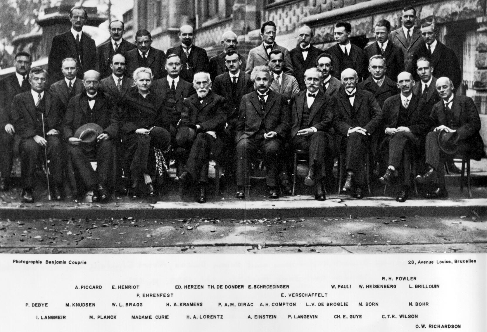 """Questa foto è stata scattata al V Congresso di Solvay su """"Elettroni e Fotoni"""" tenutosi a Bruxelles nell'ottobre del 1927. Dei ventinove personaggi raffigurati, diciassette erano o sarebbero diventati premi Nobel, ciò a dimostrazione dell'irripetibile periodo che per la Fisica furono gli Anni Venti."""