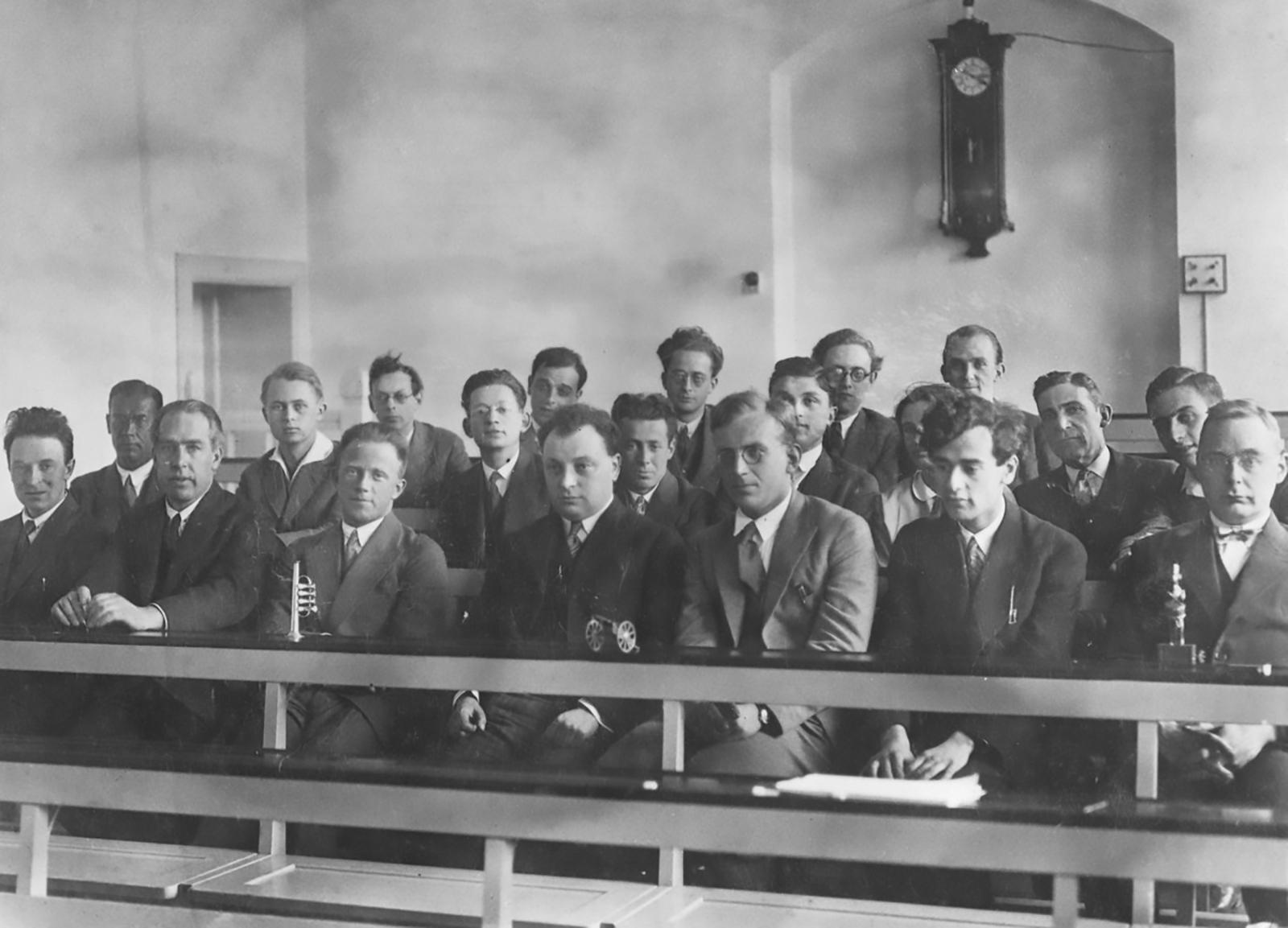 Conferenza di Copenaghen 1930. In prima fila da sinistra verso destra: Christian Klein, Niels Bohr, Werner Heisenberg, Wolfgang Pauli, George Gamow, Lev Landau, Hans Kramers.