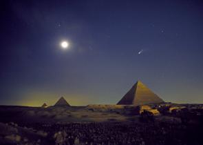 Astrometry-I_2_Comet_Hale-Bopp_over_Pyramids_295