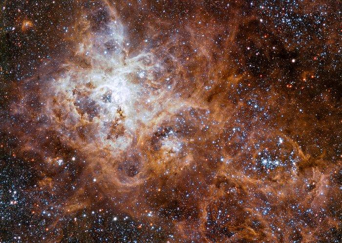 La gigantesca regione di formazione stellare nella Grande Nube di Magellano, chiamata 30 Dorado o Nebulosa Tarantola. Potrebbe contenere stelle di 300 masse solari. Fonte: ESO