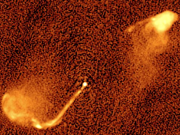 Una mappa radio a 5 GHz i 3C 33$. Il getto che fuoriesce dal nucleo galattico ci ha raggiunto dopo un viaggio di 10 miliardi di anni. La struttura è decisamente anomala e suggerisce fortemente un cambiamento periodico nella direzione del getto (precessione), del tutto prevedibile e calcolabile (grazie alla RG) in buchi neri doppi. Fonte: M. Krause / University of Hertfordshire.