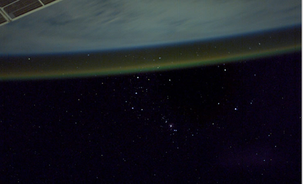 Con lo sfondo di Orione, ecco l'airglow visto dalla stazione spaziale. Fonte: NASA Johnson Space Center.