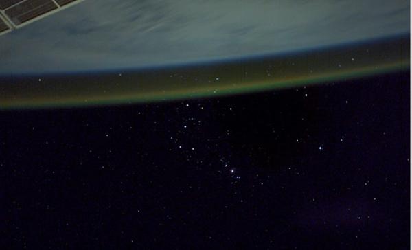 Con lo sfondo di Orione, ecco l'airglow visto dalla stazione spaziale. Fonte: NASA Johnson Space Center.