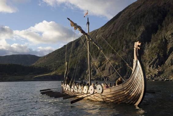 Una ricostruzione fedele di una GRANDE nave vichinga. Si nota molto bene l'altissima tecnologia usata per rompere i ghiacci dell'Artico.