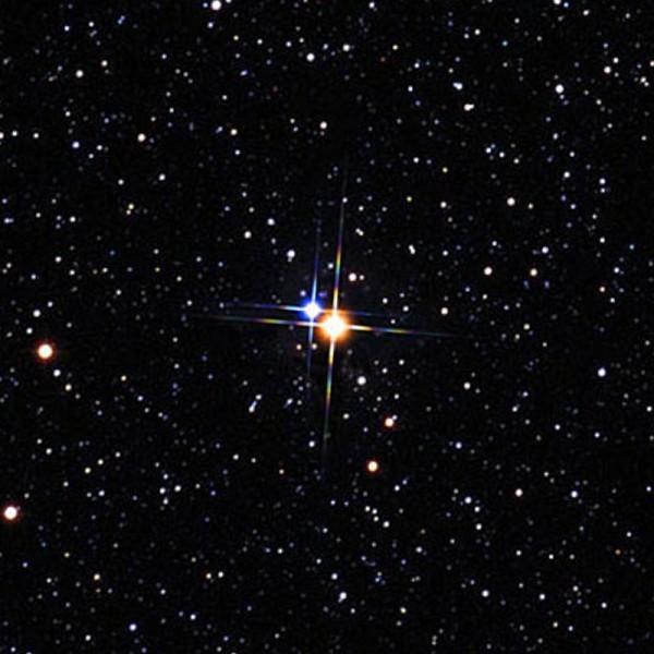 """Albireo A e B, la prima ormai arancione (fuori sequenza) e la B azzurra (in sequenza principale) sono sicuramente una delle """"coppie più belle del Mondo cosmico""""."""