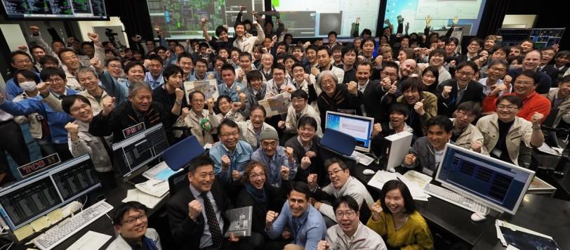 la gioia dei ricercatori che hanno guidato Hayabusa 2. Gioa più che meritata e senza tanti fronzoli e spettacoli mediatici.