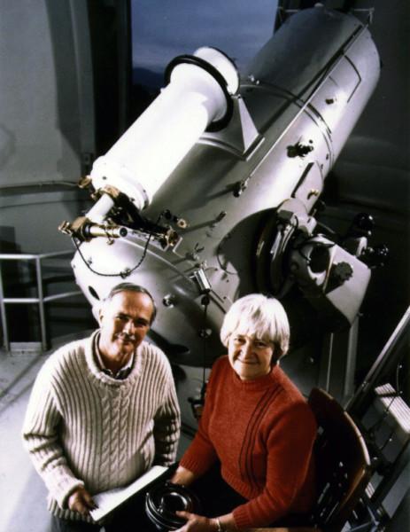 Il grande Schoemaker e la dolcissima Caroline vicino a un altro telescopio di Monte Palomar