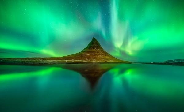 Addirittura una doppia aurora, complice la riflessione