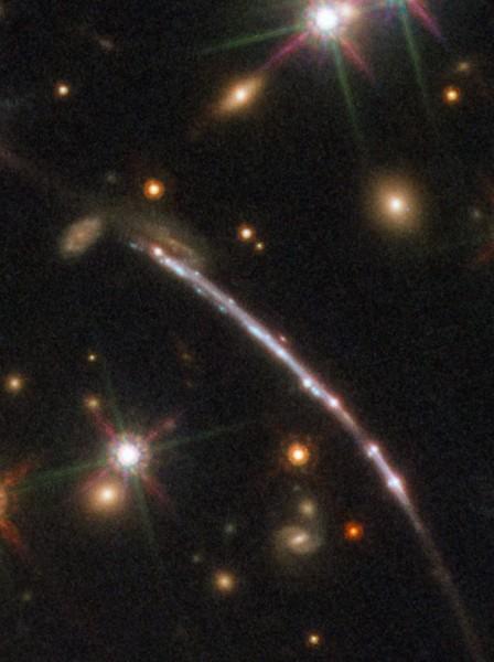 Un altro arco in cui appaiono 4 immagini della galassia. Fonte: ESA/Hubble, NASA, Rivera-Thorsen et al.