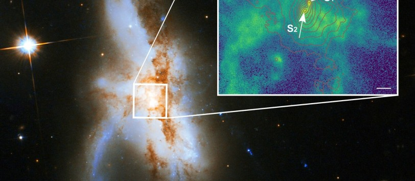 """Il buco nero più a nord (N) è decisamente attivo. Quello a sud (S) si è chiaramente separato in due (S1 e S2). La barretta bianca nello """"zoom""""  corrisponde a 1000 anni luce.  Fonte: P Weilbacher (AIP), NASA, ESA, the Hubble Heritage (STScI/AURA)-ESA/Hubble Collaboration, and A Evans (University of Virginia, Charlottesville/NRAO/Stony Brook University)."""