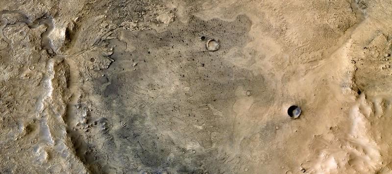 Fig. 1 Immagine a colori del Cratere Jezero ottenuta combinando un mosaico di immagini monocromatiche scattate dal Mars Reconnaissance Orbiter e di immagini a colori scattate dall'HRSC del Mars Express. Image Credit: NASA / JPL / MSSS / ESA / DLR / FU-Berlin /J. Cowart, CC BY-SA 3.0 IGO.