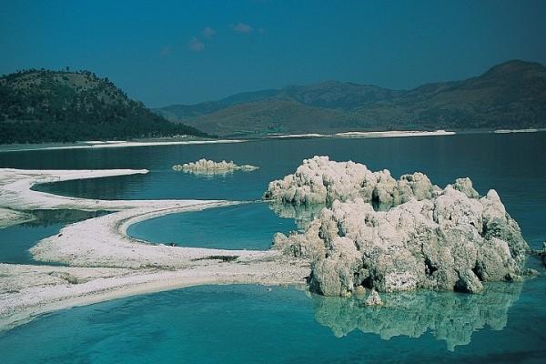 Fig. 8 Lago di Salda, Turchia. In primo piano depositi carbonatici recenti.